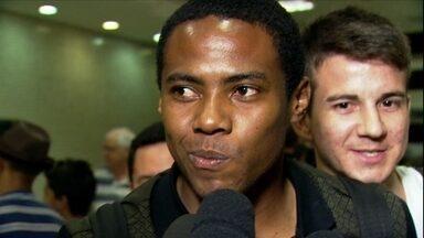 Na sua chegada ao Brasil, Elias fala em retribuir carinho da torcida - Novo reforço abriu mão de alto salário para voltar ao Corinthians