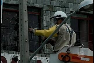 Fio de alta tensão apresenta curto circuito no Centro de Petrolina - O corpo de bombeiros isolou a área e a Celpe deve interromper o fornecimento de energia na área pra resolver o problema.