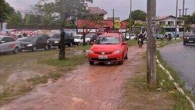 Trânsito fica ainda mais complicado com a chuva forte - Fortaleza teve vários pontos de alagamento com a chuva.