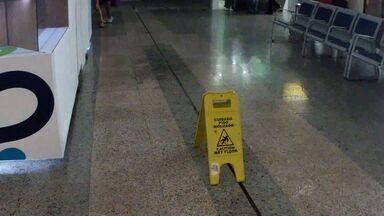 Aeroporto de Fortaleza volta a apresentar goteiras após chuvas - Aeroporto está em obras e não ficará pronto a tempo de ser usufruído na Copa do Mundo.