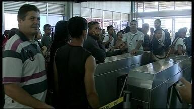 Três estações de metrô seguem fechadas no DF - Quatro estações foram fechadas na manhã desta quarta-feira (9), no Distrito Federal. Muitos passageiros fizeram uma manifestação para pedir o dinheiro de volta.