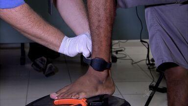 Homens enquadrados na Lei Maria da Penha usarão tornozeleiras de monitoramento - Medida deve reduzir o número de novos casos.