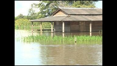 Famílias de comunidades ribeirinhas abandonam casas com medo da cheia dos rios - Rios invadem residências e levam muitos problemas aos moradores.
