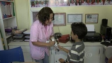 Crianças decidem doar os cabelos para perucas para mulheres que enfrentam um câncer - Elas foram até o Hospital de Base para entregar as mechas de cabelos que vão ser doadas para a rede feminina de combate ao câncer da unidade.