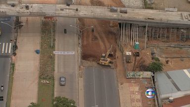 Cratera em obra do Move interdita parte da Avenida Pedro I, em Belo Horizonte - Trecho está em obras para implantação do BRT.