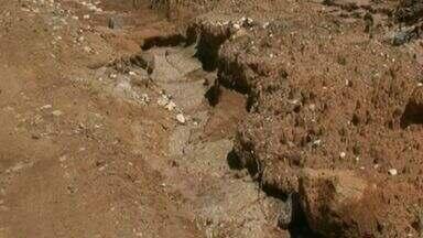 Moradores reclamam de condições de estrada no distrito de Monte Alverne, em Castelo, ES - Há duas crateras ao longo da estrada de chão, além de outros buracos.