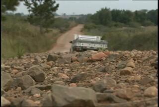 Moradores reclamam de condições precárias da estrada do distrito de Pains, Santa Maria,RS - A estrada é um dos acesso à UFSM, e está com buracos e pedras no caminho.