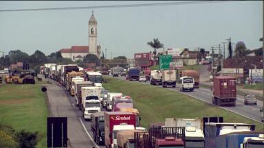 Obras complicam tráfego na BR 277 - Asfalto está sendo trocado na região de Campo Largo