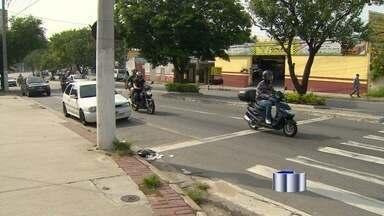 Jovem morre atropelada por caminhão de lixo em Taubaté, SP - Acidente aconteceu na noite desta terça-feira (8) na Avenida Faria Lima. Vítima não percebeu que semáforo estava aberto enquanto atravessava.