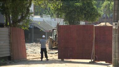 Protesto bloqueia trânsito na Av. Getúlio Vargas - Manifestantes são funcionários de obras na Arena