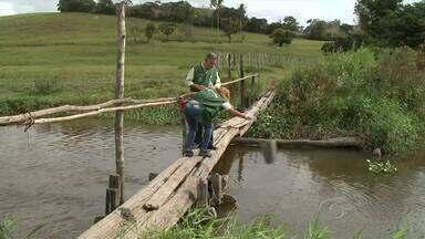 Técnicos do IMA coletam amostras de água no Rio Meirim, em Ipioca - Moradores denunciam mortandade de peixes no local.