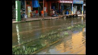 Cheia do rio Tapajós já prejudica comércio em Santarém - Lojas na rua da frente da cidade são afetadas pela enchente e sentem queda nas vendas.