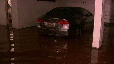 Chuva de menos de duas horas provoca vários pontos de alagamentos na cidade - Uma escola municipal foi invadida pela água e as aulas tiveram de ser suspensas.