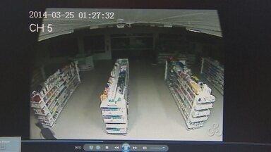 Polícia Civil prende suspeitos de envolvimento em furto a farmácia - A Polícia Civil prendeu os suspeitos de envolvimento no furto a uma farmácia de onde dezenas de celulares foram levados.