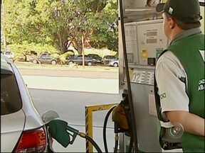 Especialistas dão dicas sobre economia na hora de colocar combustível no carro - Com a gasolina na casa dos R$ 3 e o etanol acima de R$ 2, o comportamento dos motoristas começa a mudar para reduzir o impacto no orçamento. A palavra de ordem para economizar é 'criatividade'.