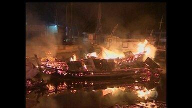 Barco explode e fogo atinge seis embarcações em Macapá - Segundo os bombeiros, a causa foi uma ligação improvisada entre duas baterias de um barco que armazenava 14 mil litros de combustível.