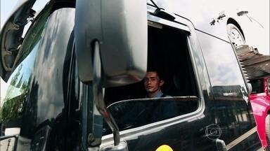 Faltam motoristas profissionais no Brasil - Há carência de motoristas profissionais no país. São mais de 130 mil vagas em aberto e já se cogita importar profissionais da Colômbia. Mostramos como é o aprendizado para ser um bom motorista, o que é preciso entender de tecnologia.
