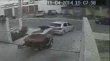 Imagem mostra bandido roubando moto aquática em sete minutos em Goiânia - Quando o carro de um morador entra na garagem, o assaltante aproveita a oportunidade e entra. Ele para na vaga onde está a moto aquática, desce do carro, prende a carreta no engate do veículo e sai. O dono levou prejuízo de R$ 60 mil.
