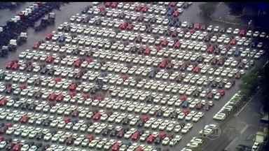 Venda de carros usados tem crescimento de 10% no primeiro trimestre do ano - O consumidor está voltando a comprar carros seminovos, para alívio dos comerciantes. Já a venda de carros 0 km está caindo e os pátios das montadoras estão lotados.