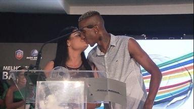 Anderson Talisca pede namorada em casamento durante festa do Baiano - Campeao estadual pelo Bahia aproveita comemoracao para fazer pedido especial