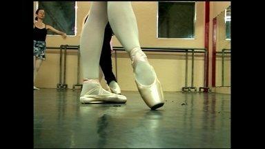 Várias empresas investem no negócio do balé clássico e oferecem acessórios e serviços - Uma fábrica produz a sapatilha de balé e uma escola se destaca no mercado com aulas especiais para o público adulto.