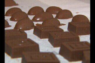 Tradição do ovo de chocolate movimenta o comércio em Campina Grande - Tem gente que aproveita para ganhar uma renda extra com a produção caseira dos doces.