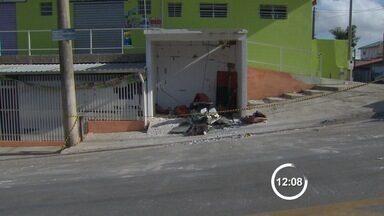 Criminosos explodem caixa eletrônico na zona leste de São José - Ação aconteceu na madrugada desta segunda (21) no Santa Inês 3. Não havia câmeras de segurança próximo ao local; ninguém foi preso.