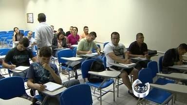 Estudantes aproveitam feriado para estudar - Nos cursinhos da região o dia foi normal para estudantes que se preparam para o vestibular ou buscam uma vaga no serviço público.