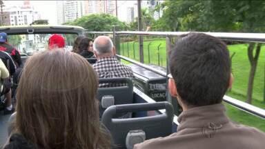 Turistas aproveitam feriado para conhecer pontos turísticos de Curitiba - Veja também como estava o movimento nas estradas nesse começo de tarde.
