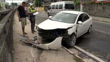Motorista fica ferido em acidente na subida da Terceira Ponte, no ES - Testemunhas disseram que condutor perdeu o controle e bateu na mureta.Ele foi socorrido pelo Serviço de Atendimento Móvel de Urgência (Samu).