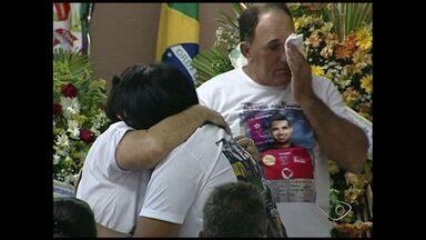 Jogador capixaba que morreu em acidente na França é enterrado no ES - Família de Maurício Alves esperou por uma semana.
