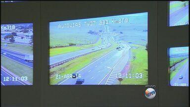 Motoristas devem dobrar atenção nas estradas na volta do feriadão - Segundo a Polícia Rodoviária, tráfego deve ser intenso a partir do meio da tarde.
