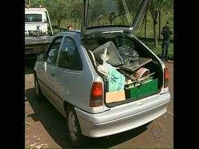 Motorista é flagrado fazendo despejo irregular de lixo - A irregularidade foi constatada na rua Carlos Clementino Moreira, no Jardim Tarobá, zona Sul de Londrina. Fiscais da CMTU multaram o motorista. O carro foi apreendido.