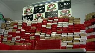 Polícia apreende quase quinhentos quilos de maconha em caminhão que vinha do Paraguai - Droga estava escondida numa carreta que transportava arroz. Apreensão foi feita pela Polícia Civil de São Bernardo do Campo. Empresa que comprou o arroz disse que não sabia da existência da droga.