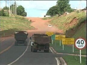 Moradores reclamam de desapropriação de casas para asfalto da estrada Boiadeira - Depois de 27 anos de espera, a estrada Boiadeira em Tuneiras do Oeste deve ser asfaltada. Mas moradores não estão contentes.