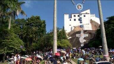 Segundo dia do oitavário reúne milhares de fiéis na Festa da Penha, ES - Com o sol quente, o jeito foi assistir a missa debaixo da sombrinha.