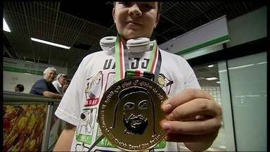 Menino volta de Abu Dhabi como campeão mundial de jiu-jitsu e orgulho de Ceilândia - O pequeno Enzo conseguiu as passagens e realizou o sonho de a Abu Dhabi, nos Emirados Árabes. Ele voltou nesta segunda-feira (21) com o título de campeão mundial de jiu-jitsu.