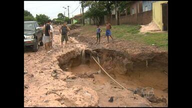 Chuva forte abre cratera que ameaça casas em Santarém - Em outros pontos da cidade houve alagamento durante o temporal deste feriado de Tiradentes.