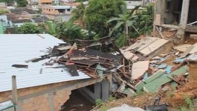 Duas casas desabam e oito ficam alagadas durante chuva, em Manaus - Residências foram afetadas no bairro Dom Pedro, na Zona Centro-Oeste.Moradores reclamam da Defesa Civil; órgão disse que foi ao local.
