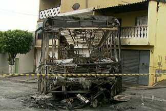 Ônibus incendiado desce desgovernado em chamas e atinge duas casas na Zona Sul - O ônibus que foi incendiado por criminosos, ficou sem freio e bateu em duas casas na Rua Pero Vaz de Caminha, em Taboão da Serra, na Grande São Paulo, na madrugada desta sexta-feira (25).