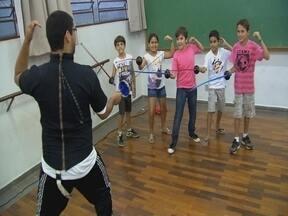 Olímpica e Medieval - A esgrima é um esporte Olímpico não muito popular no Brasil. Mas tem gente em Bauru que pratica a esgrima medieval.