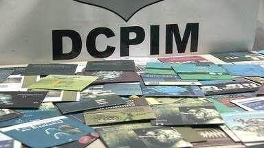 Polícia prende falsificadores de livros de medicina - A polícia apreendeu, pela primeira vez no Distrito Federal, mais de 150 mídias falsificadas com cópias de livros de medicina. Duas pessoas foram presas.