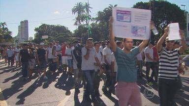PMs e bombeiros fazem protesto no Centro do Recife - Governo do Estado informou que as reinvindicações da categoria serão analisadas.