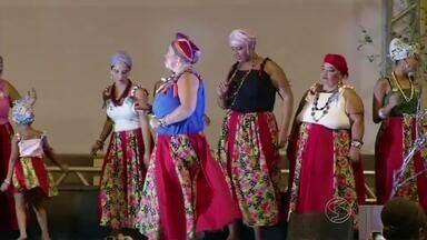 Festival de cultura afro é realizado em Sapucaia, RJ - Objetivo é homenagear a cantora Magrácia, que atuou na defesa do direito dos negros no município. Na programação de sexta-feira (25), houve desfile de moda e apresentações culturais.