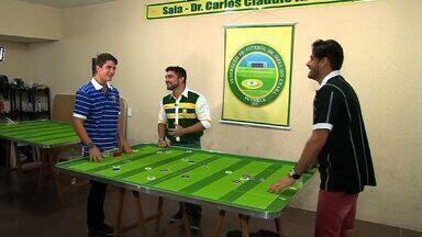 Confira uma partida especial de futebol de botão (Bloco 01) - Os cantores Guto Ribeiro e Eric Land são feras no sertanejo e tem paixão pelo futebol cearense.