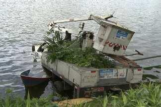 Caminhão desgovernado cai no Dique do Tororó e deixa dois feridos - Veículo era usado por trabalhadores que faziam poda de árvores e por pouco não atingiu uma canoa.