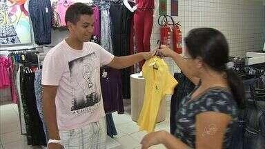 Sábado foi de muita movimentação nas lojas de Fortaleza - Filhos e pais foram em busca do presente do Dia das Mães.