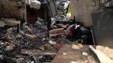 Vídeo mostra vizinhos tentando apagar incêndio que matou 4 crianças - Vítimas eram irmãos e primos que moravam com as mães em Barroso, MG. Criança sobrevivente foi levada para BH com 70% do corpo queimado.