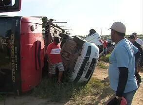 Caminhão que transportava veículos capota após bater em carro na BR-423 - Carro de passeio teria invadido a faixa contrária, de acordo com a PRF. Condutor deste veículo ficou ferido e foi levado para hospital de Lajedo.