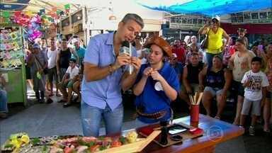 Otaviano Costa desafia público a comer iguarias japonesas com pauzinhos - Apresentador se inspira em Jairo de Em Família e testa habilidades do público